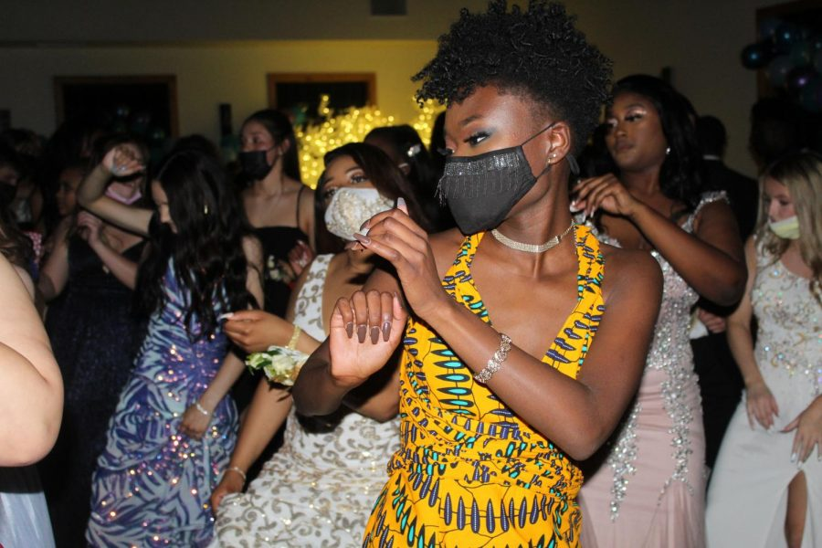 Nevaeh+Fakeye+and+other+students+dancing+at+the+senior+prom.+